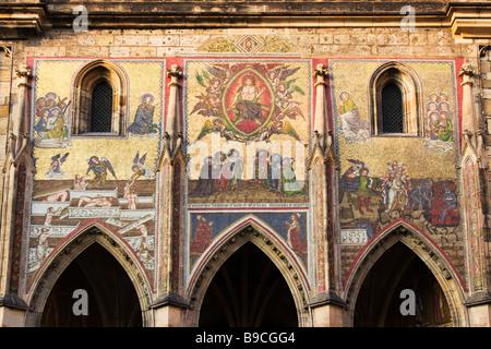 Mosaici su Golden Gate per la cattedrale di San Vito nel castello di Praga, Repubblica Ceca. Foto Stock