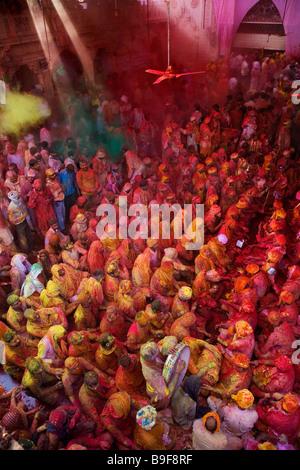 Gli uomini da Nandgaon & Barsana sedersi di fronte ciascuno in un Samaaj (un incontro comunitario)durante il festival di Holi Uttar Pradesh, India