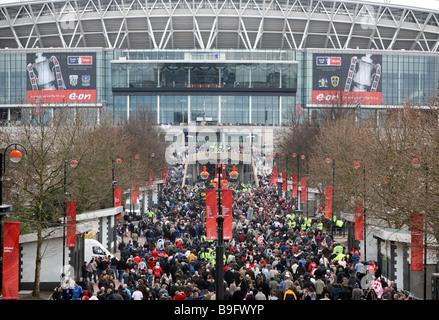 La folla si mettono in cammino lungo la via Olimpica per lo stadio di Wembley a Londra