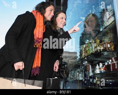 Le donne di window shopping