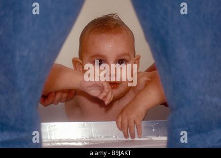 Baby sollevato al di fuori della vasca da bagno Foto Stock