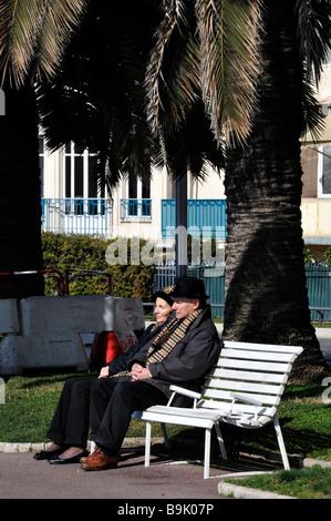 """Nizza Francia, """"Scena di strada"""" """"Coppia di anziani """" Seniors seduta sul banco di pubblico sul marciapiede Foto Stock"""
