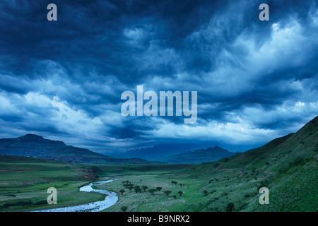 Un moody sera cielo sopra la valle di Tugela con le montagne Drakensberg oltre, KwaZulu Natal, Sud Africa Foto Stock