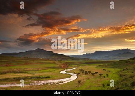 Tramonto cielo sopra la valle di Tugela con le montagne Drakensberg oltre, KwaZulu Natal, Sud Africa Foto Stock