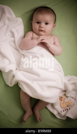 Bambino avvolto in una coperta Foto Stock