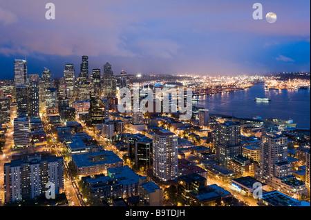Veduta della Baia di Elliott e la città di notte dalla cima dello Space Needle, Seattle, Washington, Stati Uniti Foto Stock