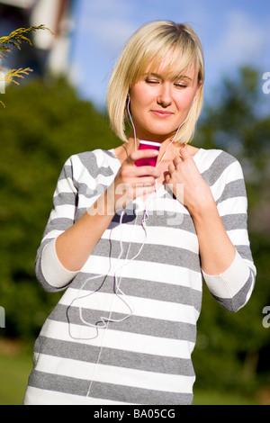 """Ragazza ascoltando """"iPod"""""""