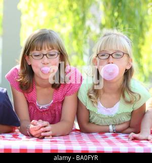 Due ragazze a soffiare bolle Foto Stock
