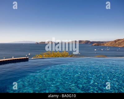 Vista della Baia di Papagayo a partire da un pool di condominio in Playa Hermosa in Guanacaste in Costa Rica. Foto Stock
