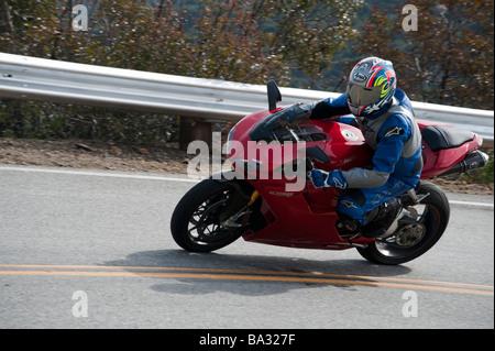 Moto e pilota sul Mulholland Highway nella California del Sud Foto Stock