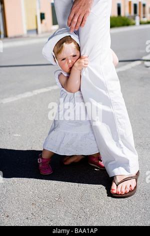 Una ragazza in piedi accanto a sua madre, Svezia. Foto Stock