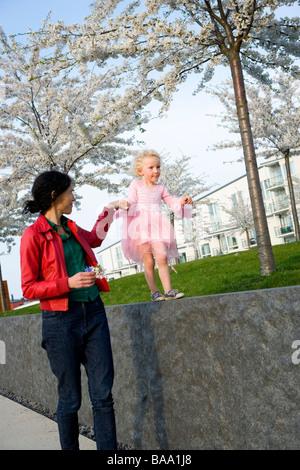 Madre e figlia camminando mano nella mano, Svezia. Foto Stock