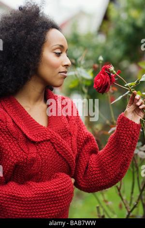 Una donna con una rosa rossa, Svezia. Foto Stock