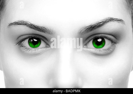 Alto contrasto bianco nero close up di un womans occhi di colore verde Foto Stock