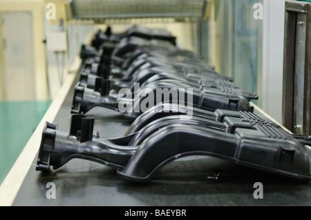 Collettori di aspirazione per Ford 4.0L motori SOHC su una linea di produzione Foto Stock