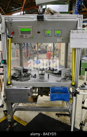 Le parti di ricambio delle automobili la stazione di montaggio su una linea di produzione Foto Stock