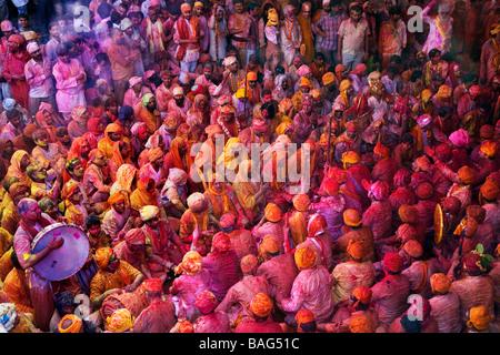 Gli uomini da Nandgaon & Barsana sedersi faccia a faccia in un Samaaj (un incontro comunitario) durante il festival Foto Stock