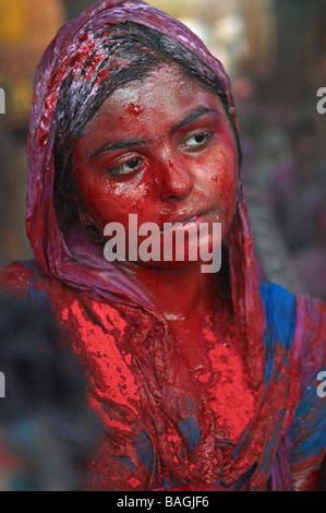 India, Uttar Pradesh, tempio dedicato al dio Krishna, Holi festival, chiamato anche il Festival dei Colori, molla Foto Stock