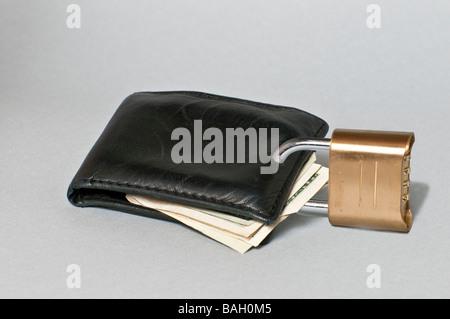 Portafogli con blocco che rappresenta gli acquirenti economicità ed essendo tightfisted con il loro denaro Foto Stock