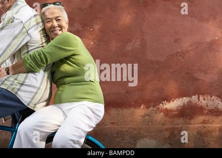 Ritratto Di Donna anziana su una bicicletta Foto Stock