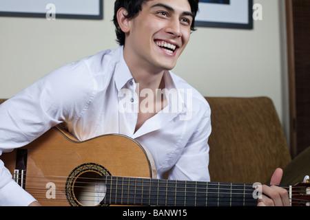 Razza mista uomo a suonare la chitarra