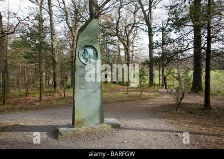 Un memoriale di John Ruskin accanto al sentiero presso Frati roccioso, Keswick. Nel Lake District inglese Foto Stock
