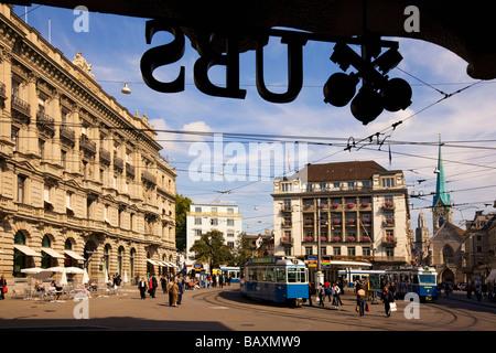La Svizzera, Zurigo, Paradeplatz, logo UBS e Credit Suisse, Tram Foto Stock