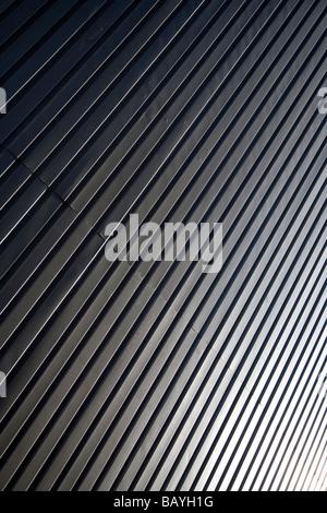 Superficie di parete fatta di cartone ondulato in ferro zincato fogli ( CGI ) Foto Stock