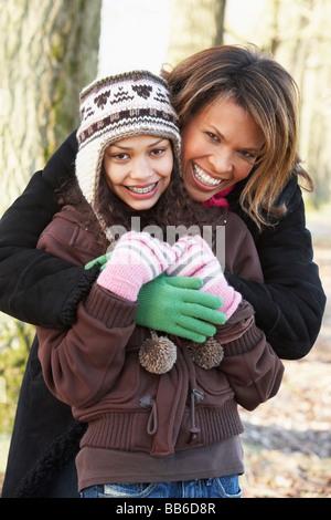 Madre e figlia sulla Passeggiata d'Autunno Foto Stock