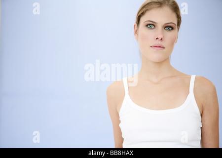 Ritratto di giovane bellezza grave alla ricerca di una donna con il make up Foto Stock
