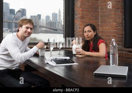 Una coppia avente un pranzo di lavoro Foto Stock