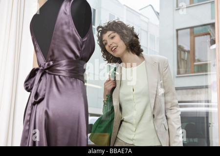 Una donna di window shopping Foto Stock
