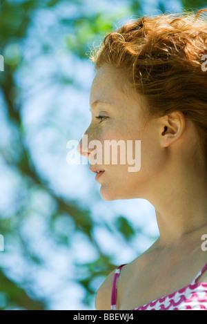 Rosso giovane donna dai capelli in profilo, ritratto Foto Stock