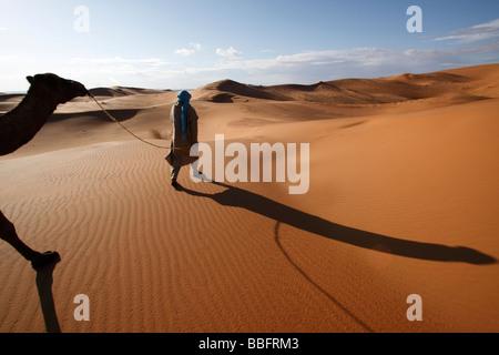 Africa, Nord Africa, Marocco deserto del Sahara, Merzouga Erg Chebbi, Berber Tribesman cammello leader Foto Stock
