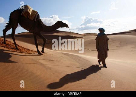 Africa, Nord Africa, Marocco deserto del Sahara, Herzog, Erg Chebbi, Berber Tribesman cammello leader
