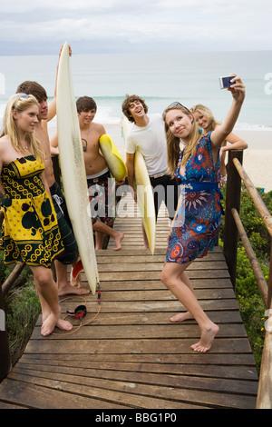Surfer amici con la fotocamera