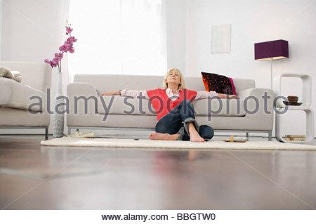 Senior donna rilassante zona soggiorno Foto Stock