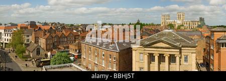 Vista panoramica del centro città sui tetti con York Minster in Lo sfondo North Yorkshire Inghilterra UK Regno Unito GB Great La Gran Bretagna Foto Stock