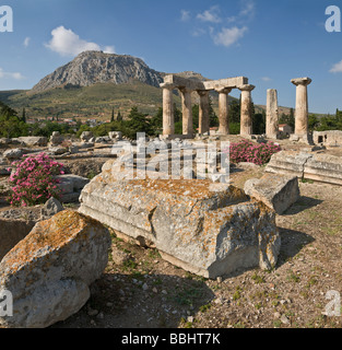 Guardando attraverso il quinto cen BC Sito del Tempio di Apollo a Corinto antico, Peloponneso, Grecia Foto Stock