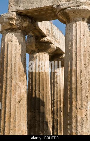 Columnes dorico e capitelli del V sec. a.c. Tempio di Apollo a Corinto antico Peloponneso Grecia Foto Stock