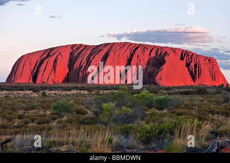 Australia, Territorio del Nord. Uluru o Ayres Rock, una enorme roccia arenaria formazione. Uno dei più riconosciuti Foto Stock