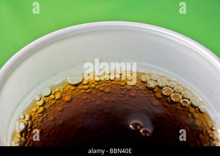 Coca Cola bolle servita in un vetro bianco su un tavolo verde. Bevande, freddo, bere, vetro, Coca Cola, Coke e Pepsi Ice Foto Stock