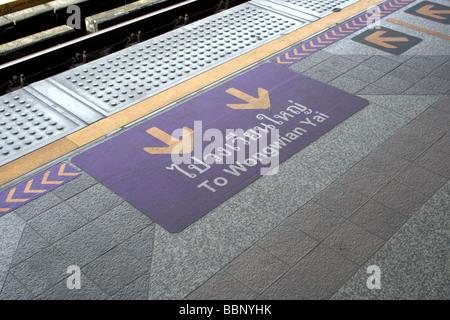 Segno sul pavimento a BTS station , Bangkok Foto Stock