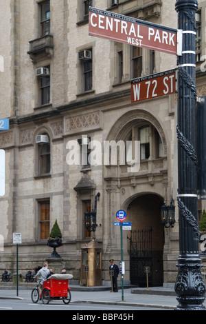 L'ingresso principale al Dakota Building (West 72a sopraslivellamento ST), New York, dove John Lennon è stato assassinato nel 1980.