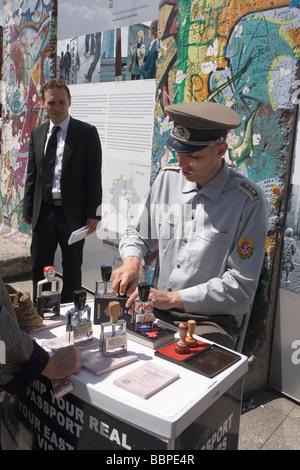 La timbratura del passaporto al muro di Berlino rimane, Potsdamer Platz, Berlin, Germania Foto Stock