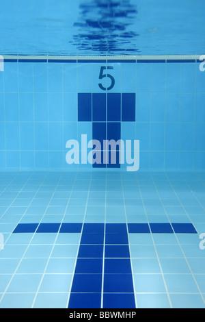 La corsia 5 sott'acqua di una piscina sport concept Foto Stock