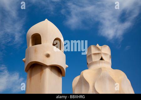 Camini su Casa Mila di Antoni Gaudi, Barcellona, Spagna Foto Stock