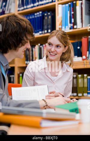 Due studenti in una libreria in Svezia.