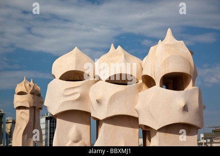 Camini su Casa Mila di Antoni Gaudì Barcellona Spagna Foto Stock