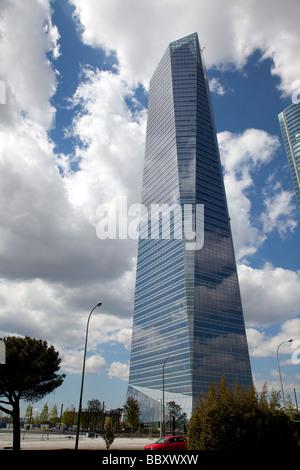 Le nuvole riflettono in Windows del grattacielo moderno, Madrid, Spagna Foto Stock